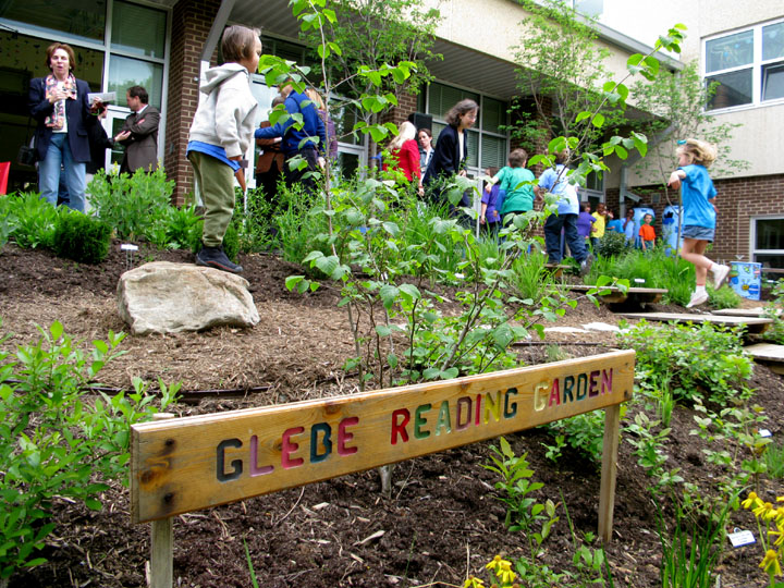 Virginia 39 S First Lady Cuts Ribbon For Glebe Reading Garden