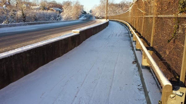 Snow-covered Custis Trail adjacent to Lee Highway (photo via @BikeArlington)