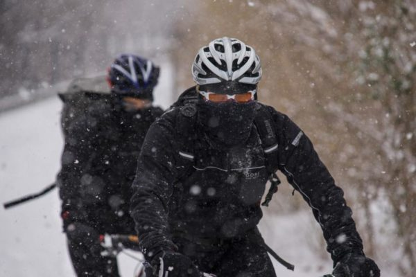 Dedicated cyclists riding in the snow (Flickr pool photo by Wolfkann)