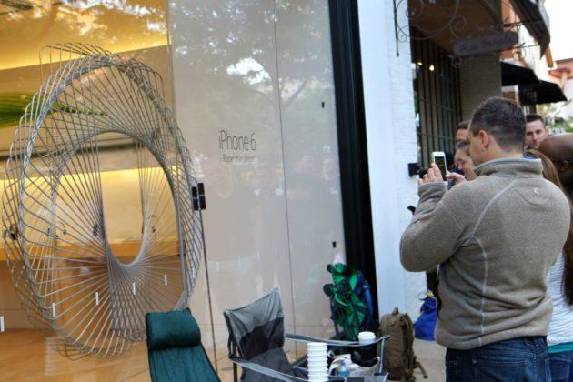 Joe Tenne photographed the iPhone 6 on display.