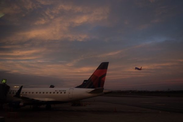 Airplanes at Reagan National Airport (Flickr pool photo by Erinn Shirley)