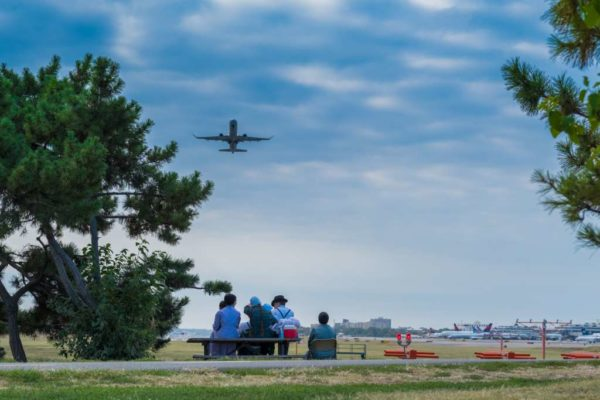 Airplane watching at Gravelly Point (Flickr pool photo by Erinn Shirley)